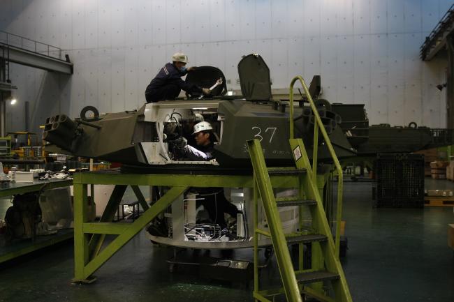 육군종합정비창에서 정비관들이 K-1 전차의 포탑을 정비하고 있다.  육군 제공