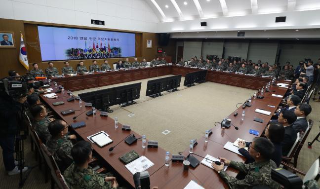 연말 전군주요지휘관회의에 참석한 주요 지휘관과 직위자들이 정경두 국방부 장관의 발언을 경청하고 있다.   이경원 기자