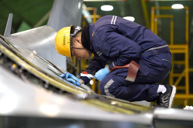 공군19전비 특기 정비사들이 주 격납고에서 KF-16 전투기의 주기검사를 하고 있다. 주기검사는 비행 200시간마다 항공기를 점검·수리하는 과정이다. 사진=조용학 기자