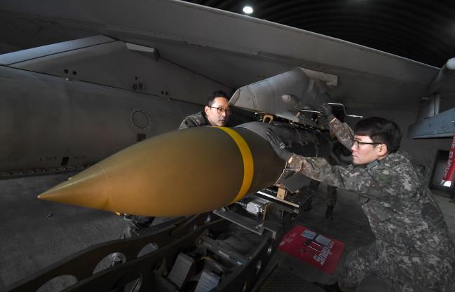 공군19전비 무장사들이 엄체호에서 출격을 앞둔 F-16 전투기에 합동직격탄(JDAM)을 장착하고 있다. 사진=조용학 기자