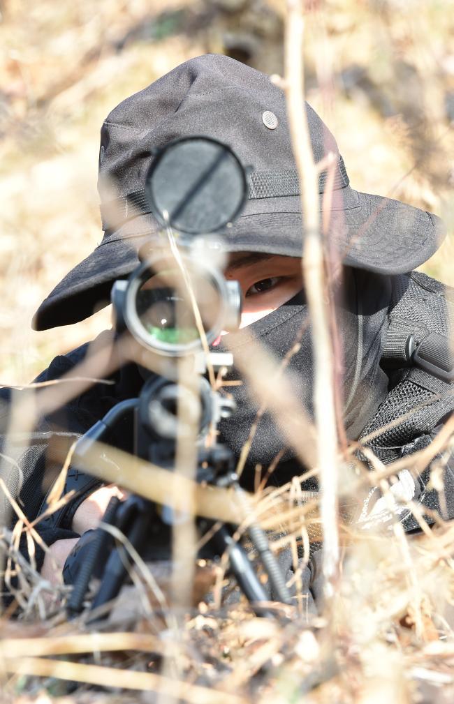 기지방호작전의 하나로 진행된 대테러 훈련에서 공군19전비 헌병대대 기동중대 특수임무소대 저격수가 전방을 주시하고 있다. 사진=조용학 기자