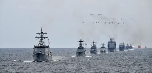 지난해 10월 제주도 남방 해상에서 열린 '2018 대한민국 해군 국제관함식'에서 우리 해군 함정들이 힘차게 기동하고 있다.   조용학 기자