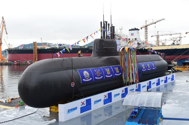 전력증강은 지속적, 집중적으로 투자해야 성공적으로 이뤄질 수 있다. 사진은 지난해 열린 국내 최초의 3000톤급 잠수함 '도산안창호함' 진수식. 국방일보DB