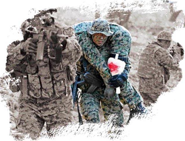 육군9공수특전여단 특전사 대원들이 혹한기 팀 단위 전술훈련 중 부상자 발생 상황을 가정하고 전우를 구출해 적진에서 퇴출하고 있다. 한재호 기자