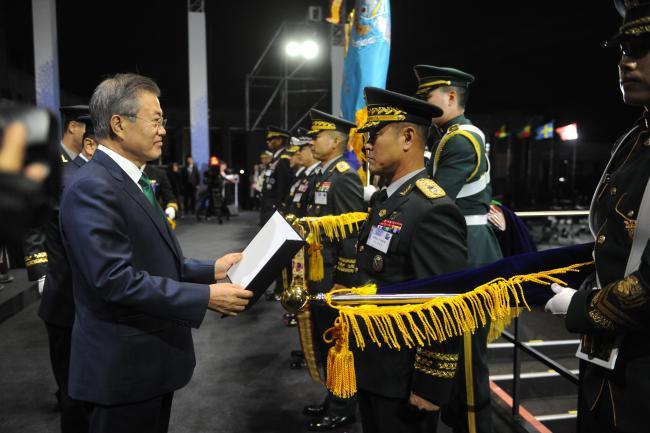 문석호 여단장이 문재인 대통령으로부터 건군 70주년 국군의 날 부대표창을 받고 있다.  부대 제공
