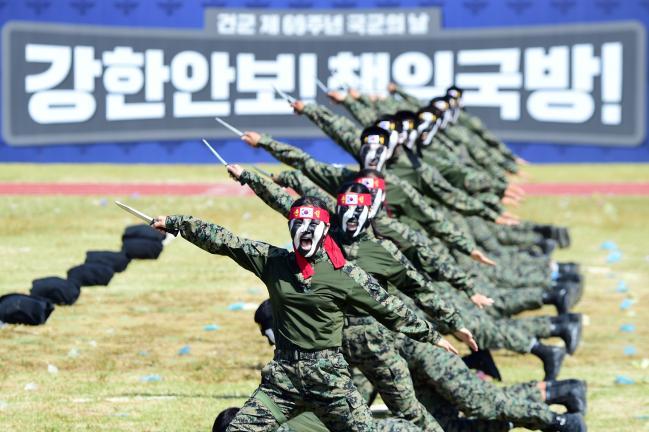 9공수특전여단 특전사 대원들이 69주년 국군의 날 행사에서 특공무술 시범을 보이고 있다.  한재호 기자