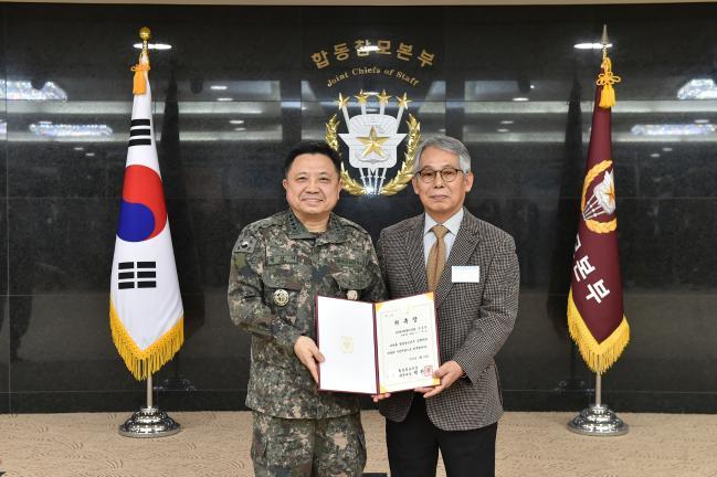 박한기(왼쪽) 합참의장이 24일 열린 합참 정책자문위원 위촉식에서 한국원자력통제기술원 안준호 대우교수에게 위촉장을 수여하고 있다.   합참 제공