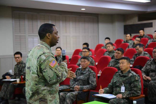 용산기지사령부 도널드 R. 로버슨(맨 왼쪽) 주임원사가 지난 25일 육군8사단의 '2019년 오뚜기 부사관학교' 1기 교육생들을 대상으로 특강하고 있다.  부대 제공