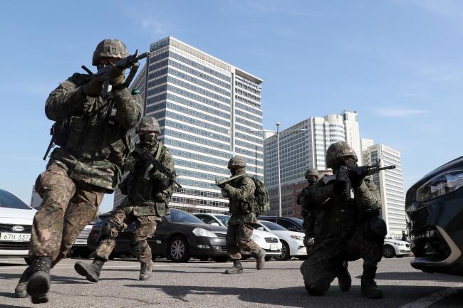 육군52사단 번개연대 장병들이 29일 서울 강남구 수서역 일대에서 진행된 '수도 서울 테러 대비 통합작전 FTX'에서 테러범의 도주로를 차단하는 봉쇄선을 구축하고 있다.사진=한재호 기자