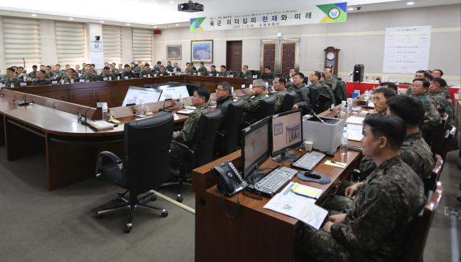 고위급 정책·전략회의 참석자들이 '육군 리더십의 현재와 미래'에 대해 논의하고 있다.  부대 제공