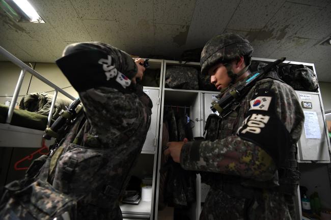 육군12사단 감시초소(GP)에서 장병들이 경계근무 투입을 준비하고 있다. '과학화경계시스템' 도입 이후 밀어내기식 초소 근무는 사라졌지만, 경계능력은 과거보다 훨씬 더 강화됐다. 조용학 기자