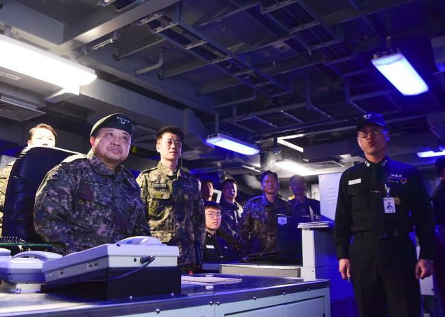 박한기 합참의장이 2일 해군3함대사령부 광주함 전투지휘실에서 광주함장(박봉수 중령)으로부터 주요 임무 및 현황에 대한 브리핑을 받고 있다. 합참 제공