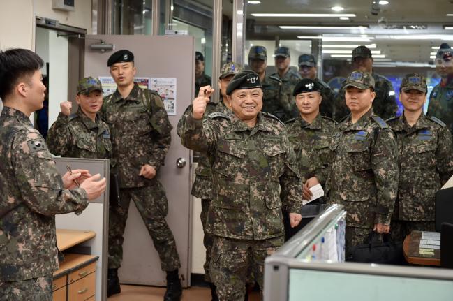 박한기 합참의장이 2일 공군1전투비행단 작전상황실을 방문해 설 연휴에도 불구하고 빈틈없는 영공 방위대비태세를 유지하고 있는 장병들을 격려하며 파이팅을 외치고 있다. 합참 제공