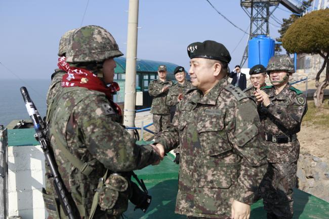 박한기 합참의장이 2일 육군31사단을 찾아 군사대비태세를 점검하고 장병들을 격려하고 있다. 합참 제공