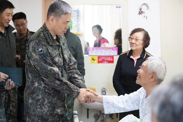 김용우 육군참모총장이 4일 대전보훈병원에서 투병 중인 참전용사 등 국가유공자를 찾아 위문하고 있다. 사진 = 육군