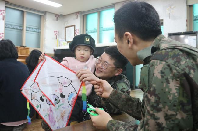 설연휴가 시작된 지난 2일 '논산애육원'을 방문한 육군부사관학교 초급교육대 교관 및 교육생들이 아이들과 즐거운 시간을 보내고 있다.  부대 제공