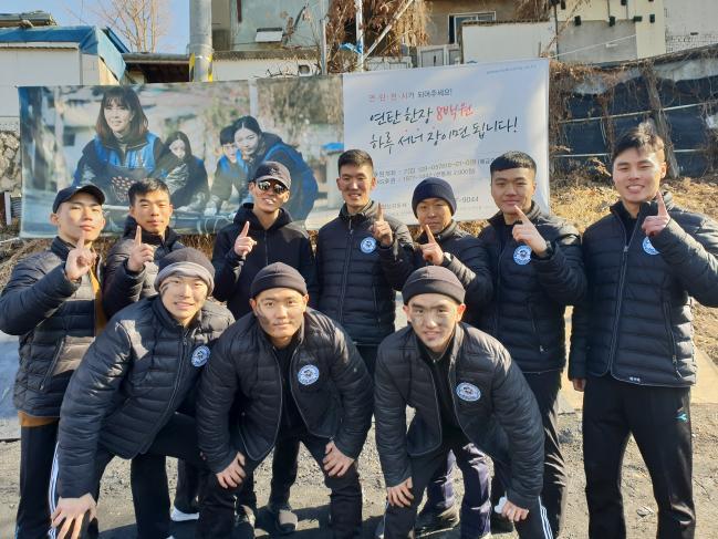 육군국제평화지원단 장병들이 연탄 봉사활동을 함께 펼친 가수 션(뒷줄 왼쪽 셋째)과 기념사진을 찍고 있다.  부대 제공