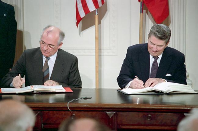중거리핵전력조약(INF)은 1987년 레이건(오른쪽) 미 대통령과 고르바초프 소련 공산당 서기장이 맺은 조약이다. 사진은 조약에 서명하는 모습.    연합뉴스
