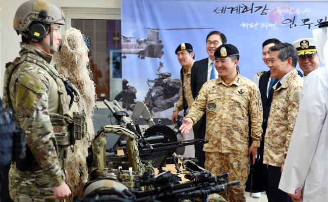 정경두 국방부장관이 아크부대를 방문해 장병들을 격려한 후 장병들이 착용한 워리어 플랫폼 등 주요장비를 확인하고 있다. 국방부제공