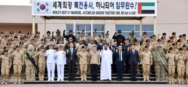 정경두 국방부장관이 아크부대원 및 알 다헤리 UAE 국방차관 등 관계자들과 기념촬영 하고 있다. 국방부제공