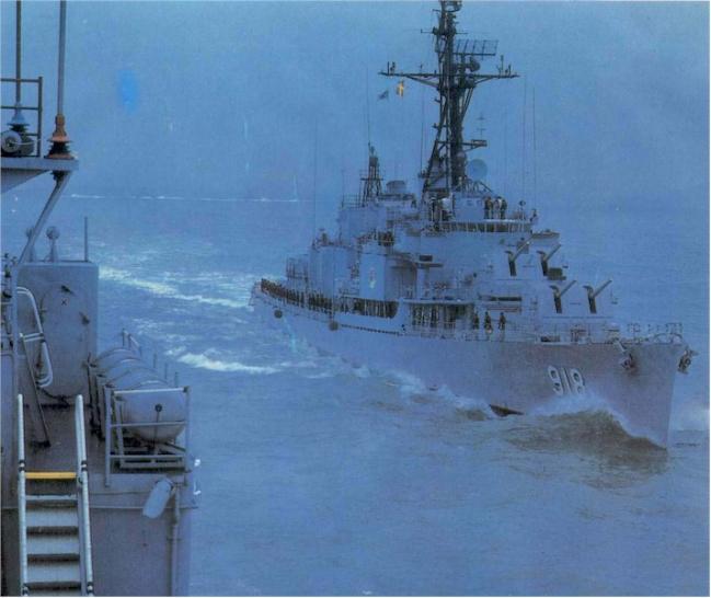 해상기동훈련에 투입된 인천함이 파도를 가르며 항진하는 모습.