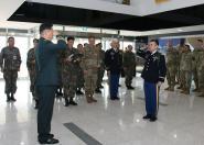 미2사단 장교,  한국군 1군단장에게 진급신고
