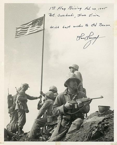 이오지마 전투 당시 미 해병대 사진담당이었던 로워리(Louis Lowery) 상사가 찍은 이오지마 최초 게양 성조기 사진. 이 사진에는 '1st Flag Raising, Feb. 23, 1945, Mt. Suribachi, Iwo Jima, With best wishes to Ed Benson, Lou Lowery.'라는 로웨리 상사의 친필이 들어있다. 출처 =위키피디아, www.icollector.com.