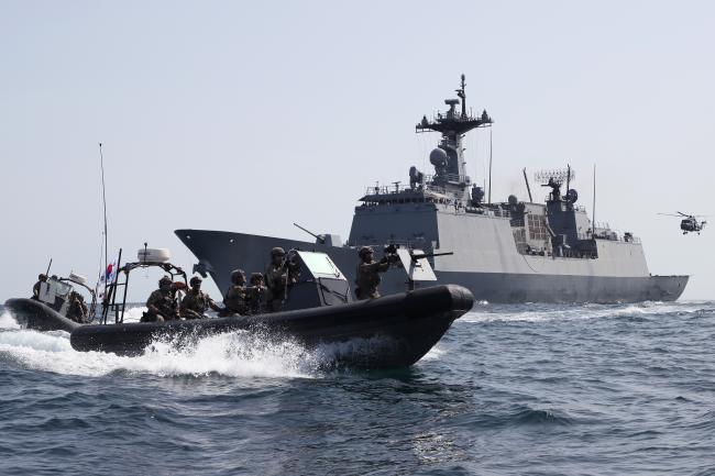 피랍 현장으로 쏜살같이…청해부대 28진 최영함이 아라비아반도 인근 아덴만 해상에서 우리 상선의 해적 피랍 상황을 가정한 전투배치 훈련을 실시한 가운데 해군특수전전단(UDT/SEAL) 대원들로 구성된 검문검색대 요원들이 해상작전헬기(Lynx)와 고속단정(RIB)을 이용해 현장으로 신속하게 투입되고 있다.