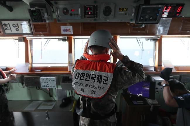 전투배치 방탄헬멧 착용전투배치 상황이 전파되자 방탄헬멧 등 전투 장구류를 착용하는 최영함 장병의 모습.