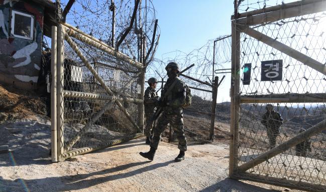 육군25사단 상승대대 장병들이 DMZ 수색정찰을 마치고 복귀하고 있다.