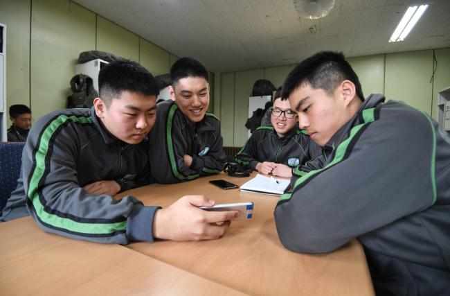 육군25사단의 한 GOP소초 생활관에서 일과를 마친 병사들이 휴대전화로 영어드라마를 보고 있다.