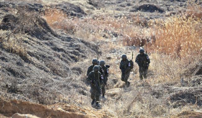 경기도 연천군 중부전선에서 육군25사단 상승대대 장병들이 남방한계선 철책 통문을 통과해 DMZ 수색정찰에 나서고 있다.
