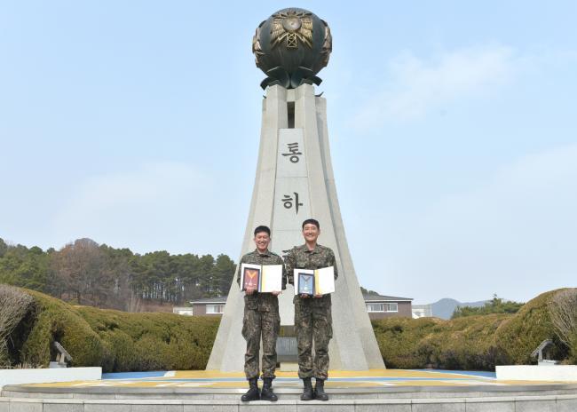 육군정보통신학교 정민규(왼쪽) 중사와 이진원 상사가 헌혈50회와 100회를 각각 달성해 받은 헌혈 유공장 금장과 명예장을 들고 기념사진을 찍고 있다.  부대 제공