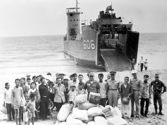 베트남전쟁에 참전한 거문함(LSM-655)이 월남 민간인들에게 구호물자를 전달하고 있다.