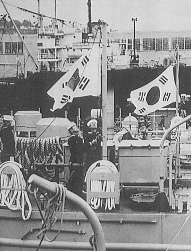 승조원들이 미국 시애틀에서 인수한 풍도함(LSM-550)과 월미함(LSM-657)에 태극기를 게양하고 있다.