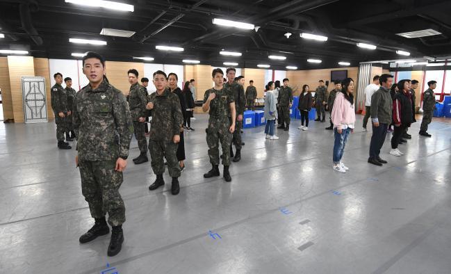 지난 18일 육군 창작 뮤지컬 '신흥무관학교' 출연진들이 리허설을 통해 안무와 연기 호흡을 맞춰보고 있다.