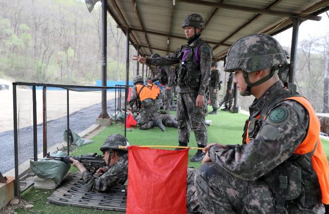 23일 강원도 화천 육군7사단 주둔지 내 사격장에서 동원예비군들이 현역 장병들의 안전통제 하에 개인화기 사격을 하고 있다.   양동욱 기자