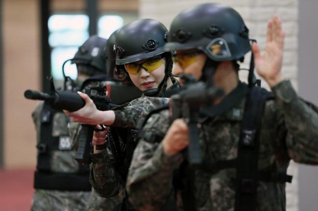 '헌병 종합실습장'에서 모의전투훈련 중인 이연화 홍보위원. 한재호 기자