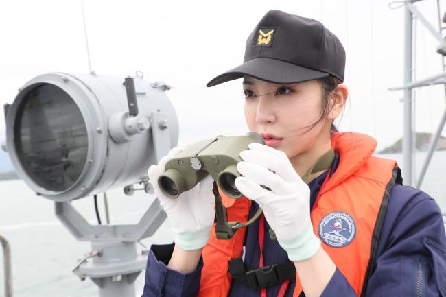 << 해군진기사 항만경비정에 승함해 전방을 살피는 이연화 홍보위원. 한재호 기자