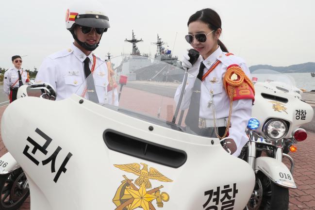 이연화 홍보위원이 헌병기동대 체험에서 대형 모터사이클의 통신기기를 조작해보고 있다. 한재호 기자