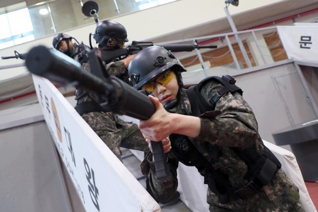 해군진해기지사령부 경계헌병 체험에 나선 이연화 국방홍보원 홍보위원이 '헌병 종합실습장'에서 방탄모와 방탄조끼를 착용한 뒤 모의전투훈련을 체험하고 있다. 한재호 기자