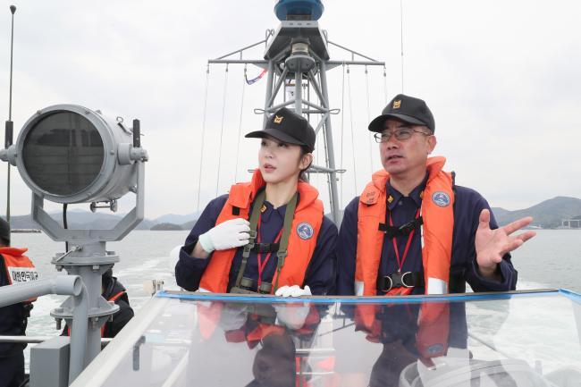 항만경비정에 승함한 이연화 홍보위원이 군항통제보호수역 내 위험요소가 없는지 살피고 있다. 한재호 기자