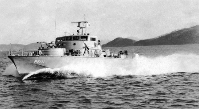 빠른 속력을 자랑했던 제비정의 기동 모습. 제비정은 한반도 연안으로 침투하는 북한 간첩선에 매우 위협적인 존재였다.