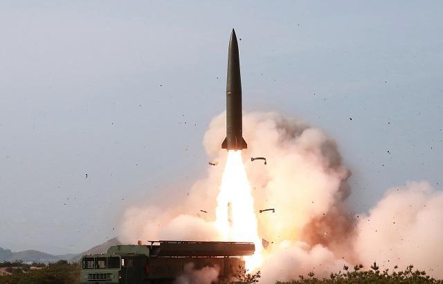 북한은 지난 4일 동해상에서 대구경 장거리 방사포와 전술유도무기 화력타격훈련을 실시했다고 북한 조선중앙통신이 5일 보도했다. 연합뉴스