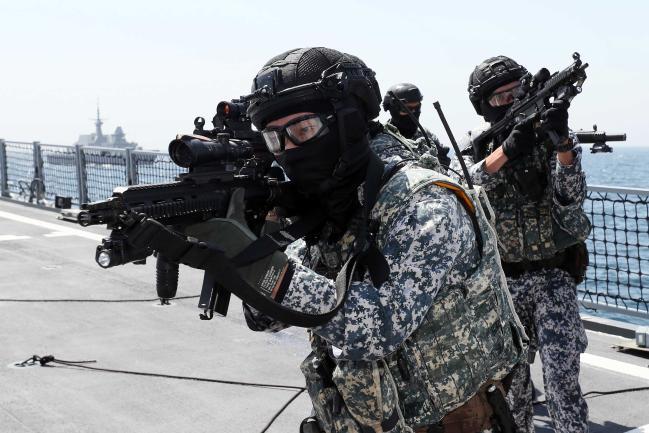 ADMM-Plus 해양안보분과 연합해상훈련에서 승선 검색을 위해 이동하는 싱가포르 해군 해양안보기동대대 대원. 사진=한재호 기자