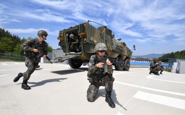 육군37사단 화랑연대 기동중대 장병들이 지난 10일 부대 예비군훈련장 시가지 교장 일대에서 K806 차륜형 장갑차를 활용한 불시 기동타격대 운용 및 수색정찰 훈련을 하고 있다   조용학 기자