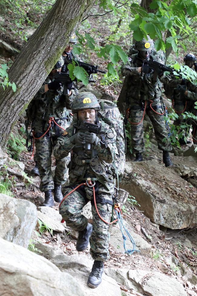 험난한 산악지형을 은밀하게 극복하는 '산악전술이동' 훈련에 임하고 있는 교육생들의 모습.