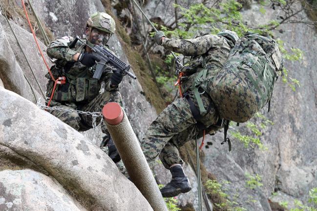 2인 1개 조를 이룬 교육생들이 실제 전장 상황을 가정하고 상호 엄호 하에 암벽 하강 훈련을 하고 있다.