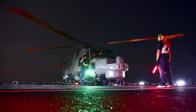 3함대 광주함 헬기갑판에서 해상작전헬기 링스가 야간 출격을 준비하고 있다.