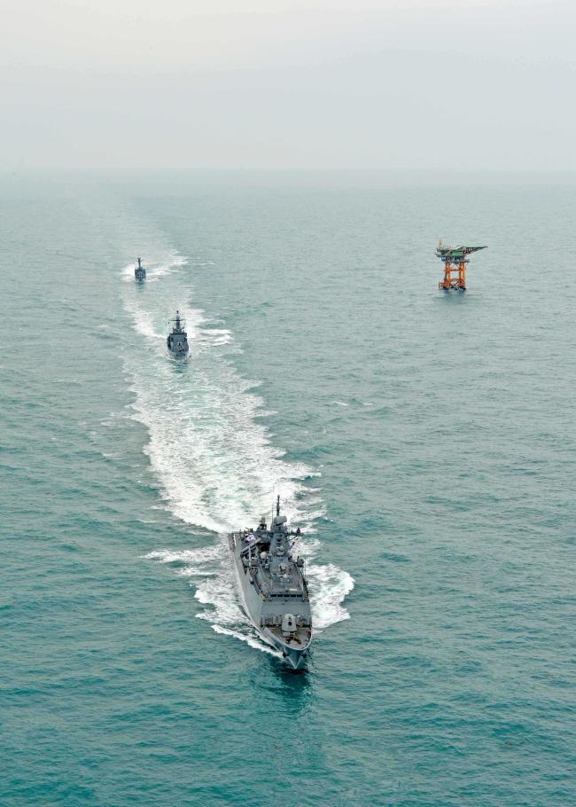3함대 함정들이 이어도 근해에서 해상대비태세 확립을 위한 해상기동훈련을 하고 있다.